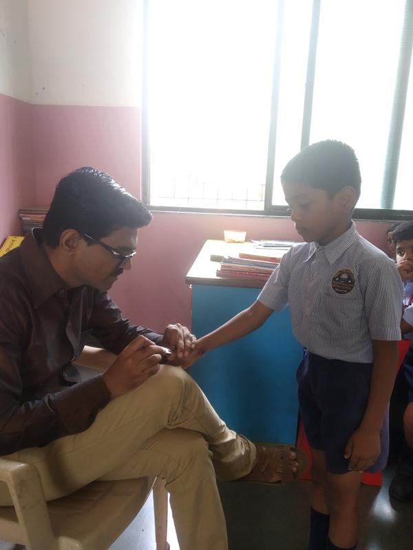 Teacher telling correct method of cleanliness