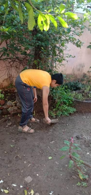 Aditya Raut is cleaning garden.Std.7A